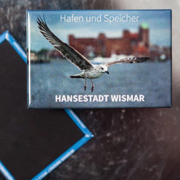 W052-M Magnet Wismar: Alter Hafen mit Speichern und junger Albertrosmöwe