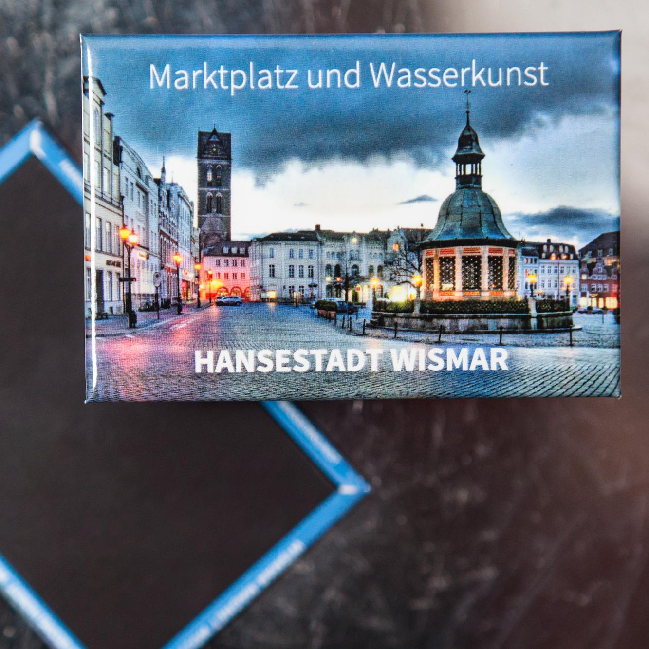 W011-M: Magnet Wismar: Marktplatz mit Marienkirchturm am Abend