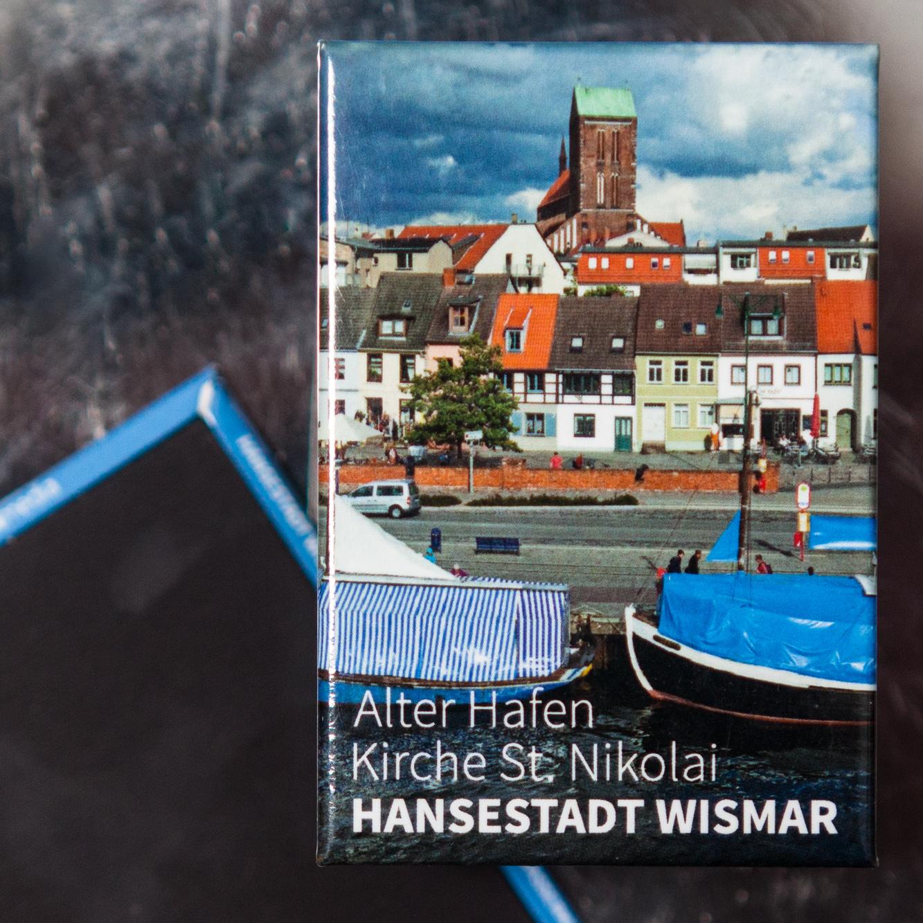 W037H-M: Magnet Wismar: Alter Hafen, Lohberg, Kirchturm St. Nikolai und Fischverkaufsschiffe