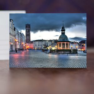 Marktplatz mit Marienkirchturm am Abend