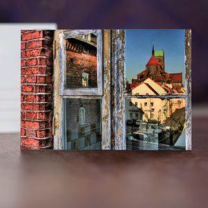 Dach der Alten Stadtmühle, Fensterspiegelung des Blicks zur Kriche St. Nikolai und Mühlengrube