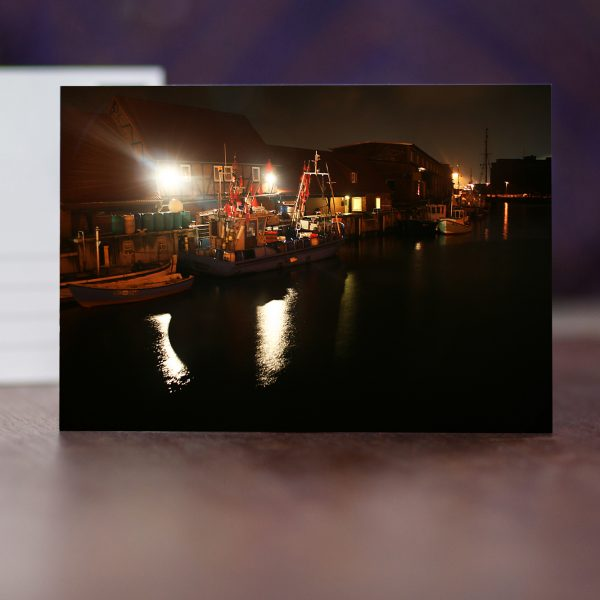 Alter Hafen mit Fischerbooten in der Nacht