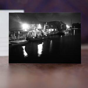 Alter Hafen mit Fischerbooten in der Nacht, Schwarz-Weiß-Aufnahme