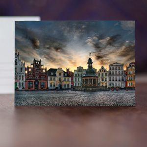 W034: Wismarer Marktplatz mit Wasserkunst, Reuterhaus und Altem Schweden am frühen Morgen