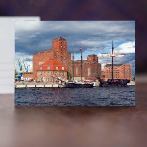 """W038: Alter Hafen in Wismar mit Baumhaus, historischen Speichern, Atalanta und Hansekogge """"Wissemara"""""""