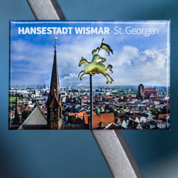 Magnet W057-M: Altstadt der Hansestadt Wismar, Reiterfigur auf einem der Südgiebeltürme der Kirche St. Georgen und Vierungsturm; im Hintergrund Kirche St. Nikolai und Holzhafen.