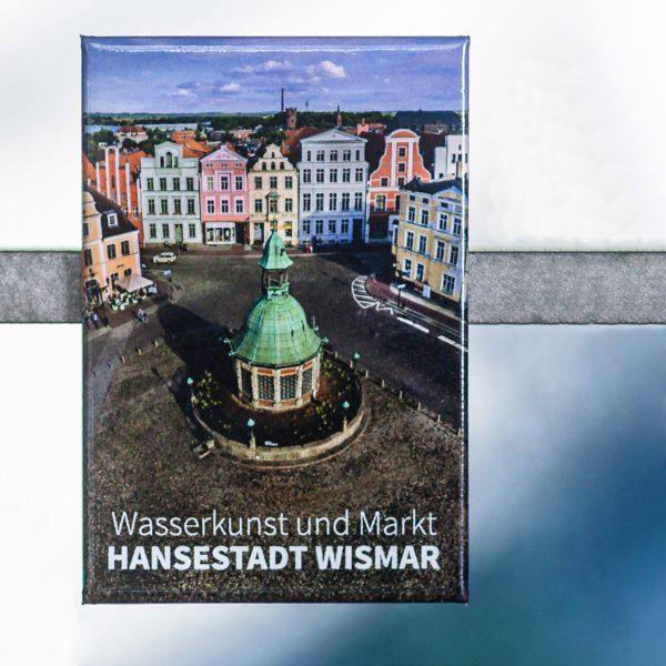 Magnet W058-M: Altstadt der Hansestadt Wismar, Historische Wasserkunst auf dem Marktplatz vor Giebelhäusern.